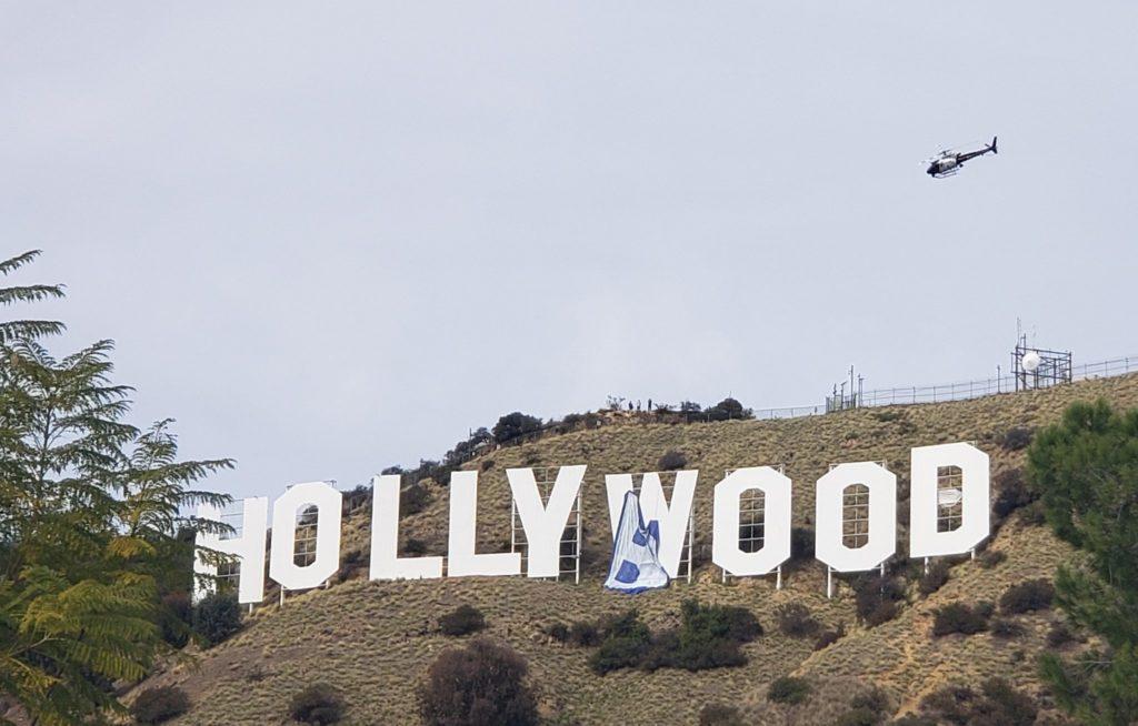 """Seis personas intervinieron el cartel de Hollywood, lo cambiaron a 'Hollyboob"""" y terminaron detenidas"""