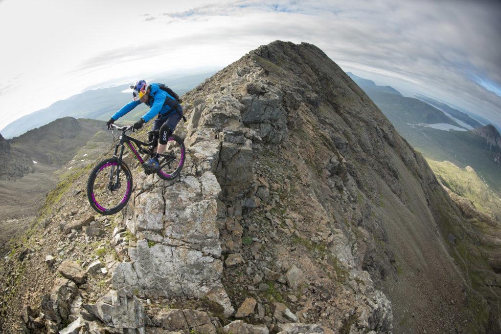 [VIDEO] Este aventurero ciclista pone a prueba los límites del ciclismo de montaña recorriendo las infames Dubh Slabs en la isla de Skye