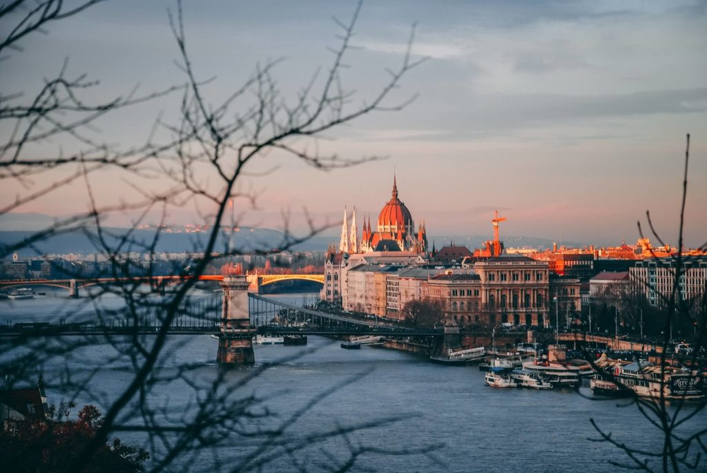 imagen crucero por el Río Danubio dan novac 8TibqBJzWIY unsplash 1