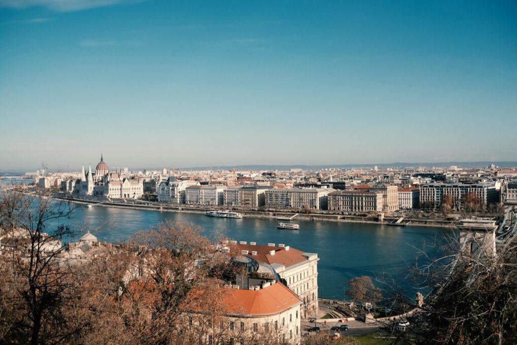 imagen crucero por el Río Danubio mark kassinos Rsfo9dGO9po unsplash 1