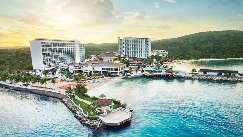 Una cadena de resorts con hoteles en México y Jamaica ofrece una estadía gratis de dos semanas para viajeros que den positivo por COVID-19 al final de su viaje