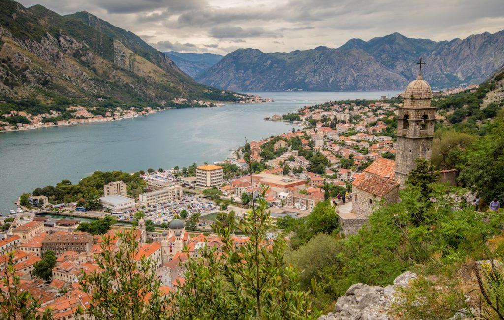 imagen destinos de Europa para visitar en 2021 Montenegro Kotor bay church