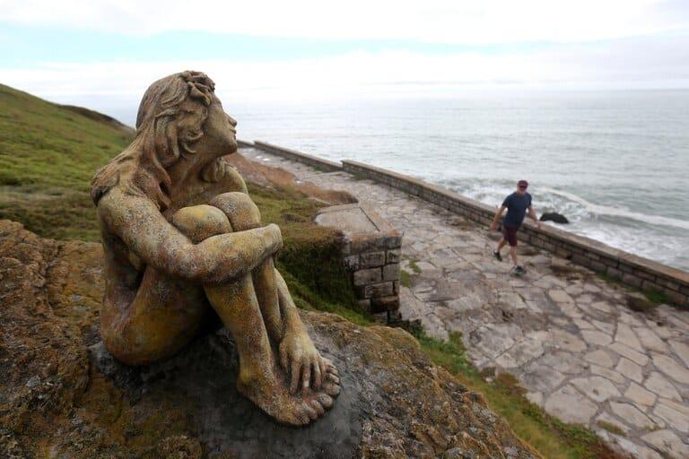 La misteriosa escultura de una mujer apareció frente a la playa en Mar del Plata y las autoridades buscan al artista para conocer su historia