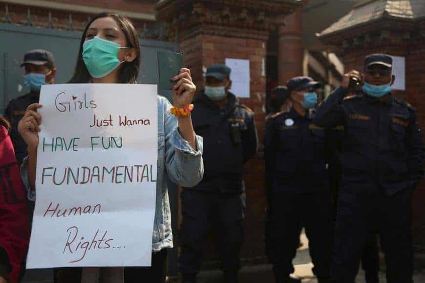 Polémica en Nepal ante una nueva ley que prohibiría a muchas mujeres viajar al extranjero sin el permiso de familias y funcionarios gubernamentales
