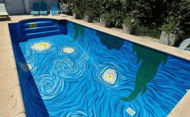 Dos artistas argentinas recrearon una piscina inspirada en Van Gogh te permite nadar en el cielo de 'La noche estrellada' 1
