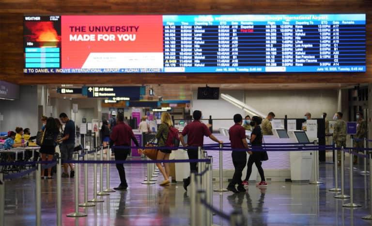 2 turistas fueron arrestados en Hawái por intentar sobornar a una agente de seguridad para poder ingresar sin el test de COVID-19