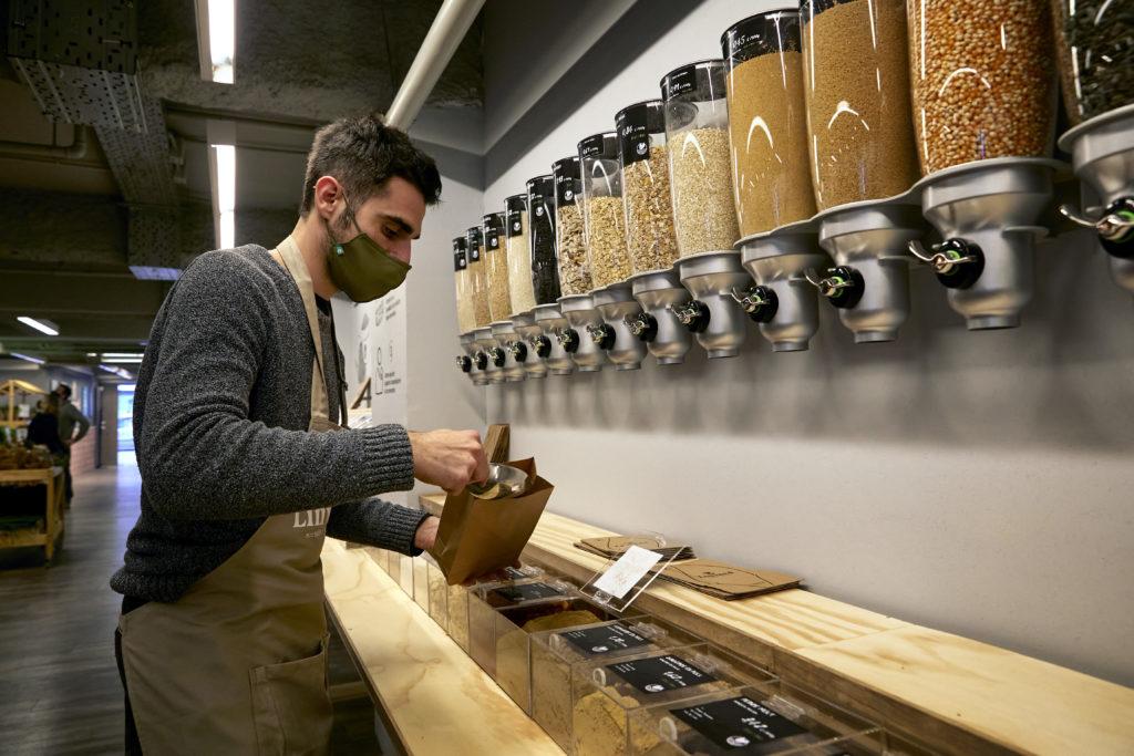 Llegó a España el primer supermercado libre de plásticos: ofrece solo productos con certificación ecológica y un original huerto vertical