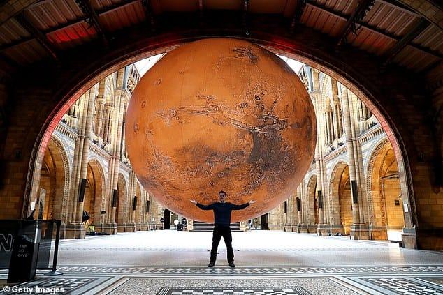 El Museo De Historia Natural De Londres Cuenta Con Una Réplica Gigante De Marte Como Homenaje A La Nueva Misión De La Nasa