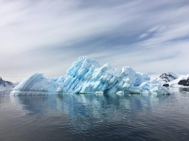 Un enorme iceberg se desprendió cerca de la estación británica de la Antártida