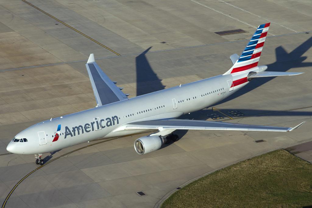 American Airlines y United Airlines anunciaron que comienzan a vacunar a sus empleados