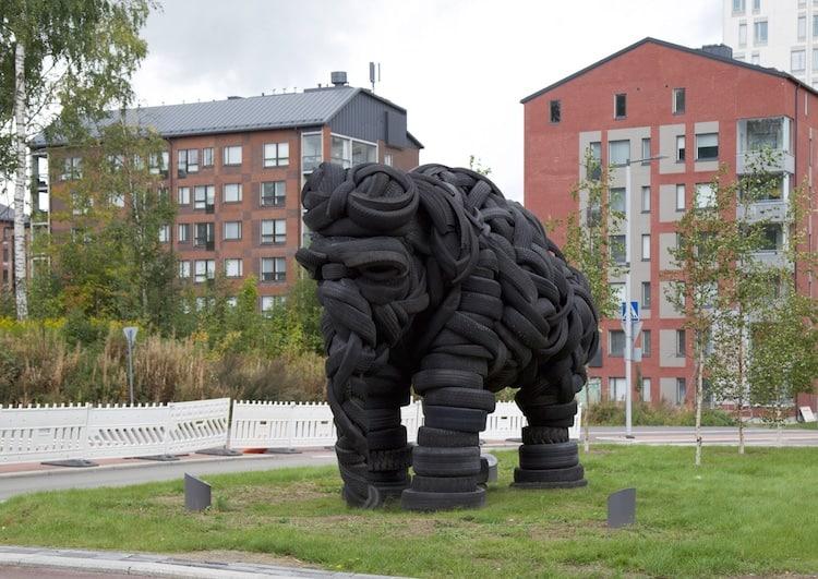 Un artista estonio creó una gigantesca escultura de elefante hecha de acero y llantas recicladas: puedes visitarla en un parque público de Jyväskylä, Finlandia