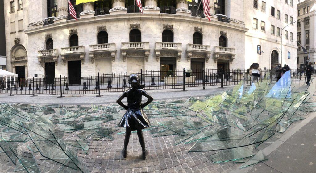 La famosa estatua de 'la niña sin miedo', en Wall Street, ahora se encuentra rodeada por un techo de cristal roto