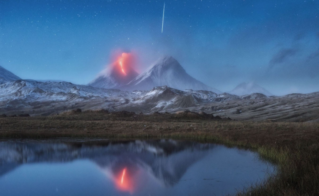 Fotógrafo Puso Su Cámara En Larga Exposición Para Retratar Un Volcán En Erupción Y Registró El Momento Exacto En Que Una Estrella Fugaz Caía Sobre Él