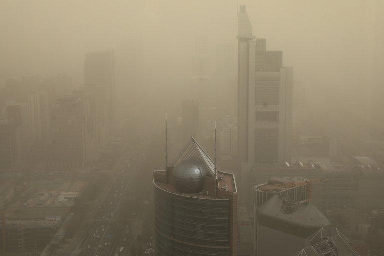 Así se veía Beijing atravesando una de las tormentas de arena más fuertes de los últimos 10 años