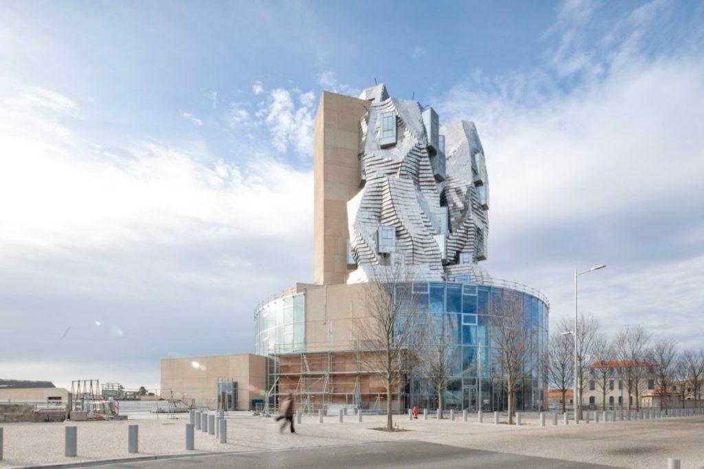"""La ciudad francesa Arlés acogerá la Luma Tower, un nuevo edificio giratorio en forma de acantilado que algunos describen como """"tornado"""""""