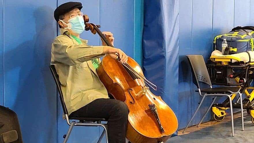 El famoso violonchelista Yo-Yo Ma recibió su segunda dosis de la vacuna contra el Covid-19 y decidió celebrarlo dando un concierto sorpresa en un centro de vacunación en Massachusetts 1