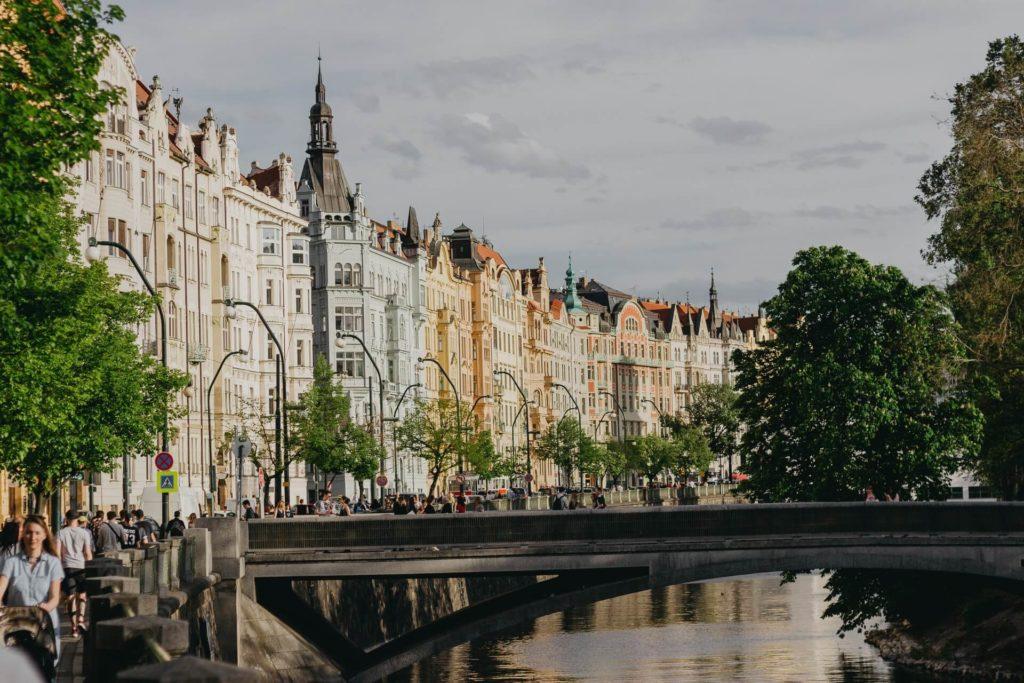 sitios alternativos que visitar en Praga marius serban euIcjsYllT4 unsplash 1