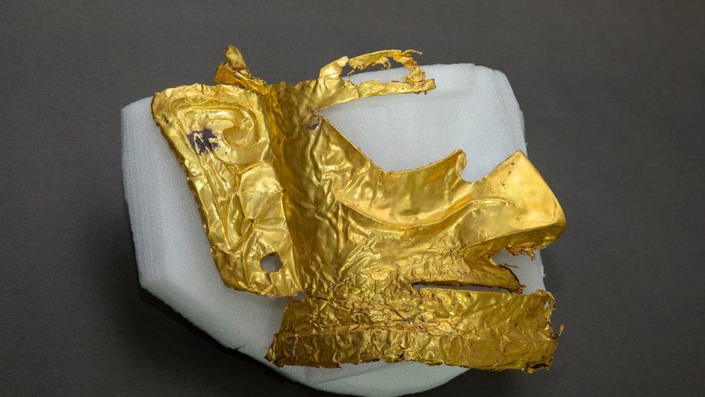 China: encuentran una máscara de oro junto a más de 500 reliquias de unos 3.000 años de antigüedad