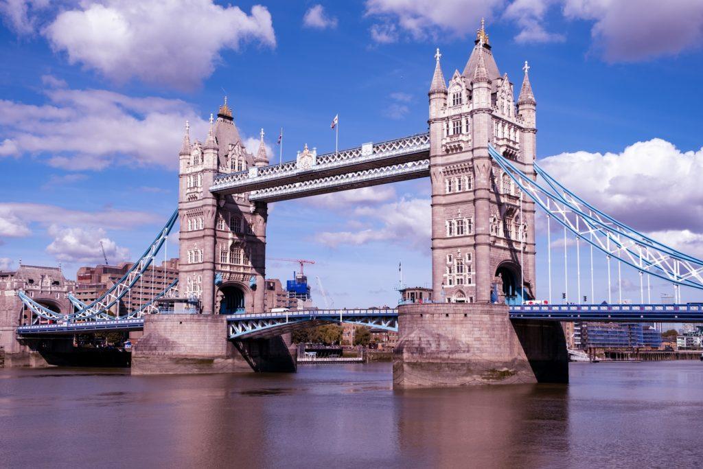 Las personas de Inglaterra que viajen de vacaciones al exterior podrían enfrentar una multa de 5.000 libras