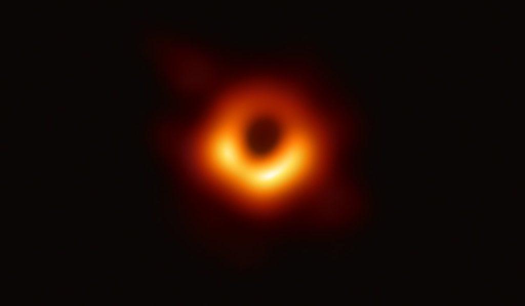 Científicos compartieron una nueva foto del primer agujero negro en ser fotografiado