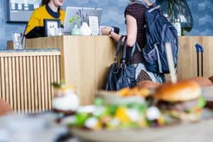 Finlandia extiende el cierre de bares y restaurantes hasta mediados de Abril para intentar frenar la propagación de COVID-19