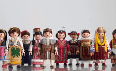 Este artista vistió muñecos Playmobil con trajes típicos para celebrar la diversidad cultural de Grecia 1