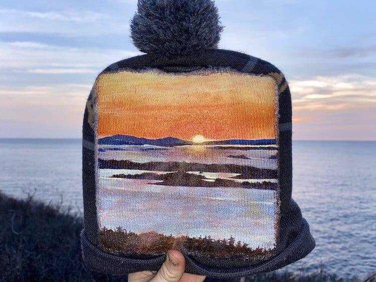 Esta artista transforma basura en obras de arte que se camuflan a la perfección con el paisaje donde cada objeto fue encontrado
