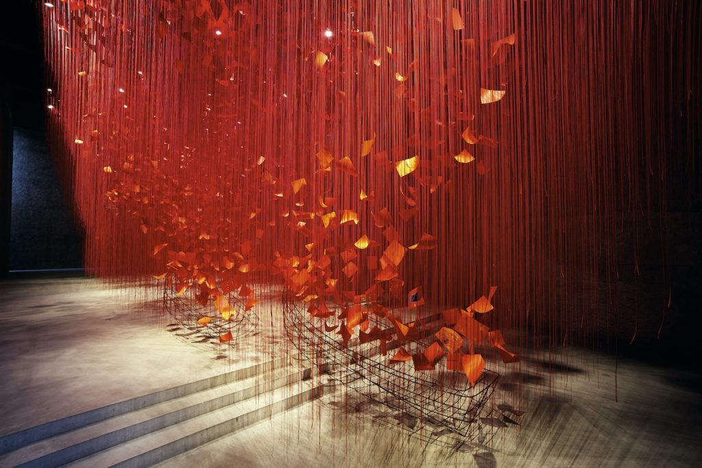 Artista japonesa chiharu shiota i hope thread installation art 2
