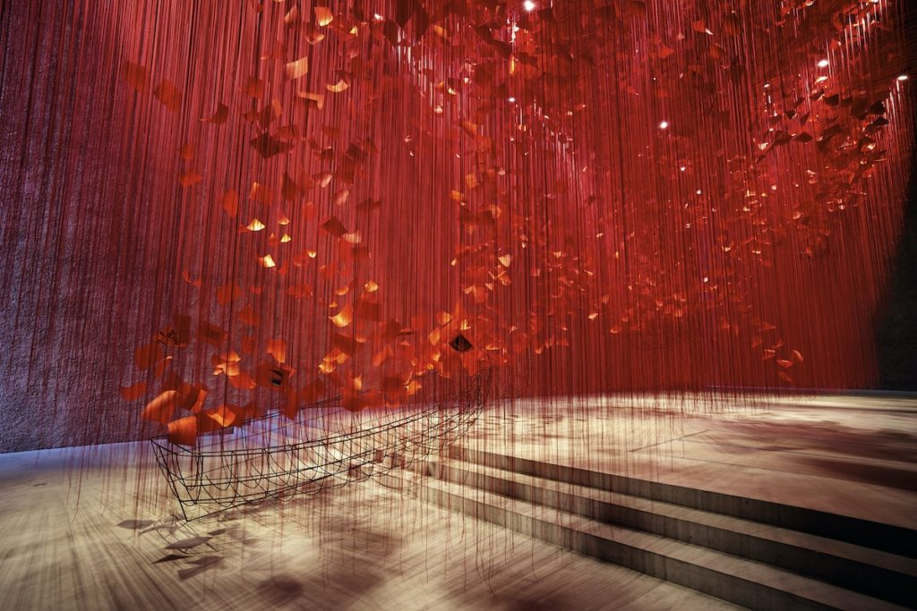 Artista japonesa chiharu shiota i hope thread installation art 4