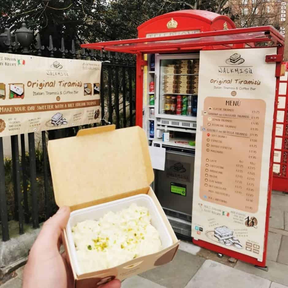 Conoce Walkmisú, una cabina telefónica en Londres que vende tiramisú italiano para llevar