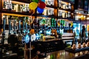 Inglaterra levanta las restricciones de COVID-19 para los comercios no esenciales y vuelven a abrir los bares