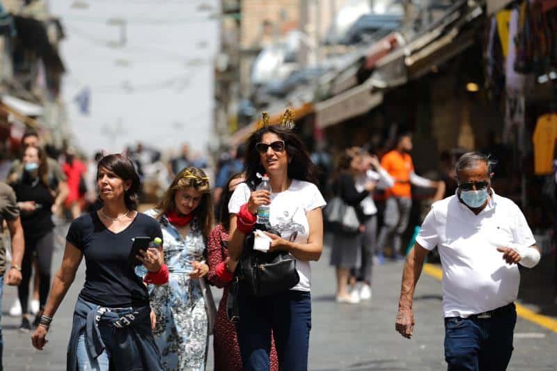 Israel permite la circulación en espacios al aire libre sin tener que usar mascarillas o tabapocas
