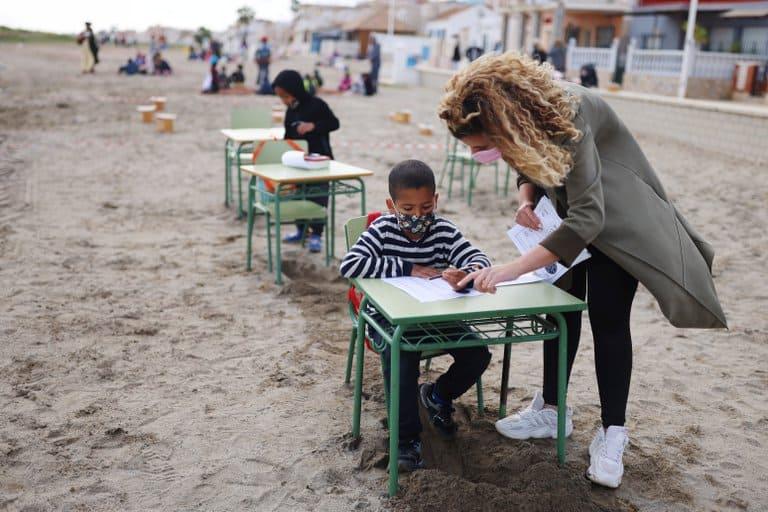 imagen clases en la playa escuela espana covid 19 aire libre
