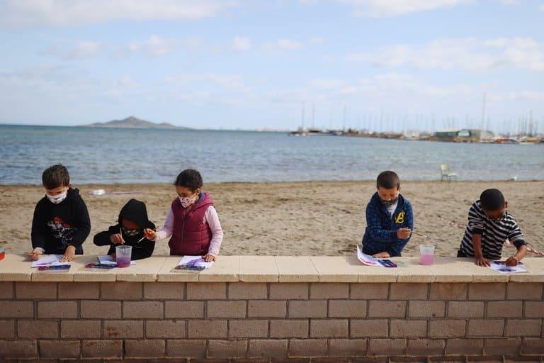 imagen clases en la playa escuela espana covid 19 aire libre 2