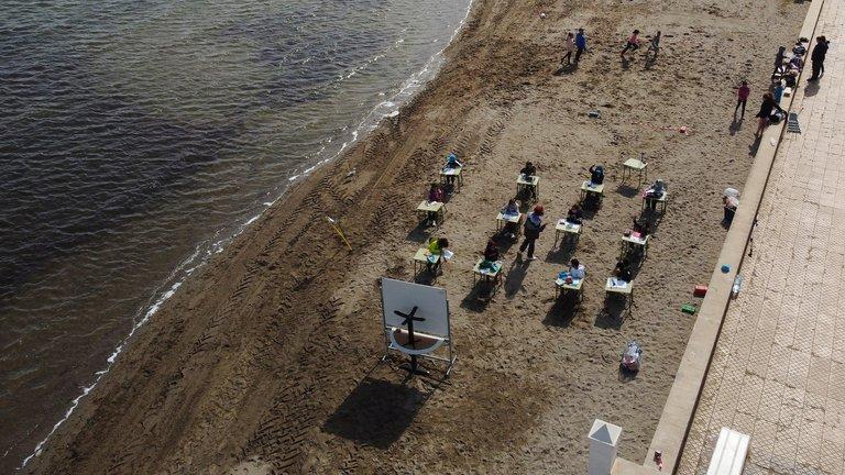 España: Una escuela en Murcia cambió las aulas por clases en la playa para priorizar el aire puro en espacios libres antes que la enseñanza virtual