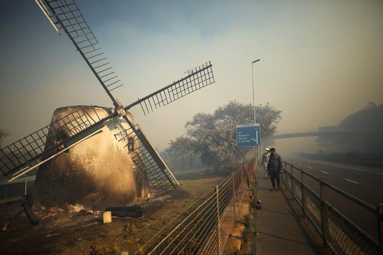 imagen biblioteca de la Universidad de Ciudad del Cabo biblioteca Universidad de Ciudad del Cabo incendio 4