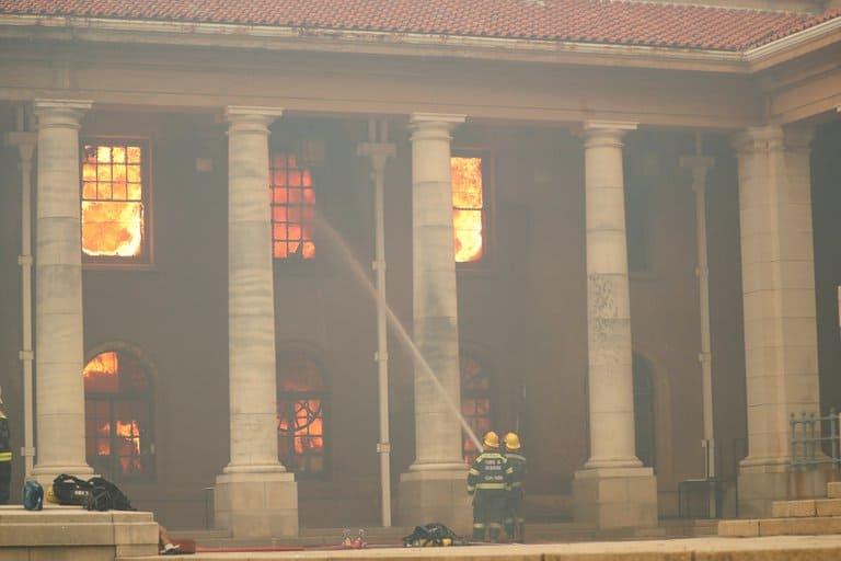 imagen biblioteca de la Universidad de Ciudad del Cabo biblioteca Universidad de Ciudad del Cabo incendio 6