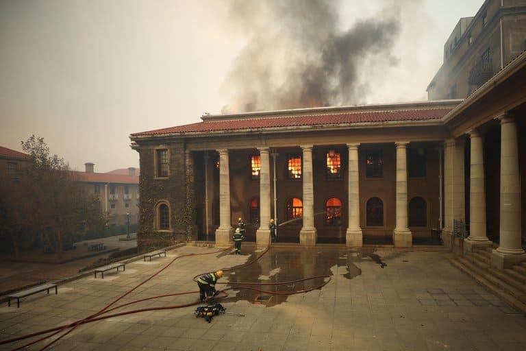 Los incendios forestales del Parque Nacional Table Mountain queman la histórica biblioteca de la Universidad de Ciudad del Cabo