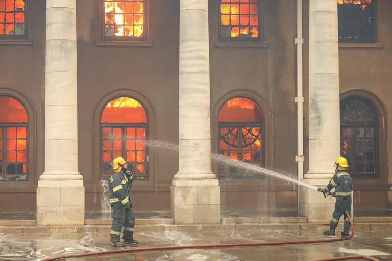 imagen biblioteca de la Universidad de Ciudad del Cabo biblioteca Universidad de Ciudad del Cabo incendio 2 1