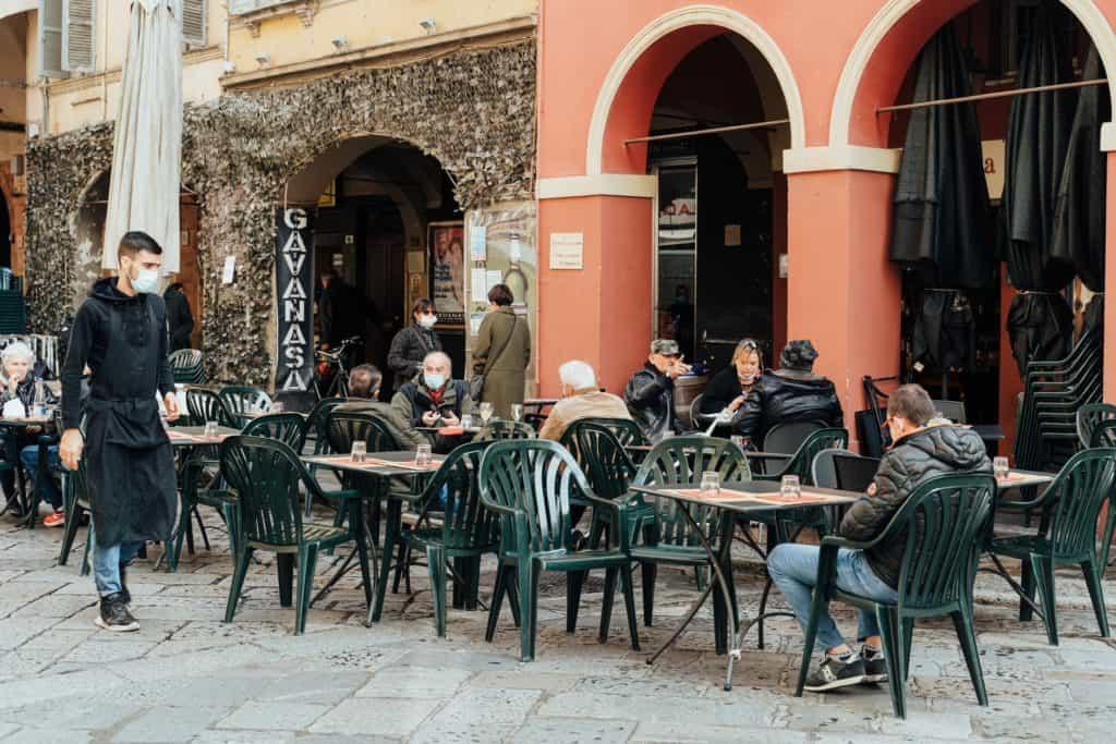Italia vuelve a abrir cafés y restaurantes en la mayoría de sus regiones como parte de una nueva fase de las medidas por COVID-19