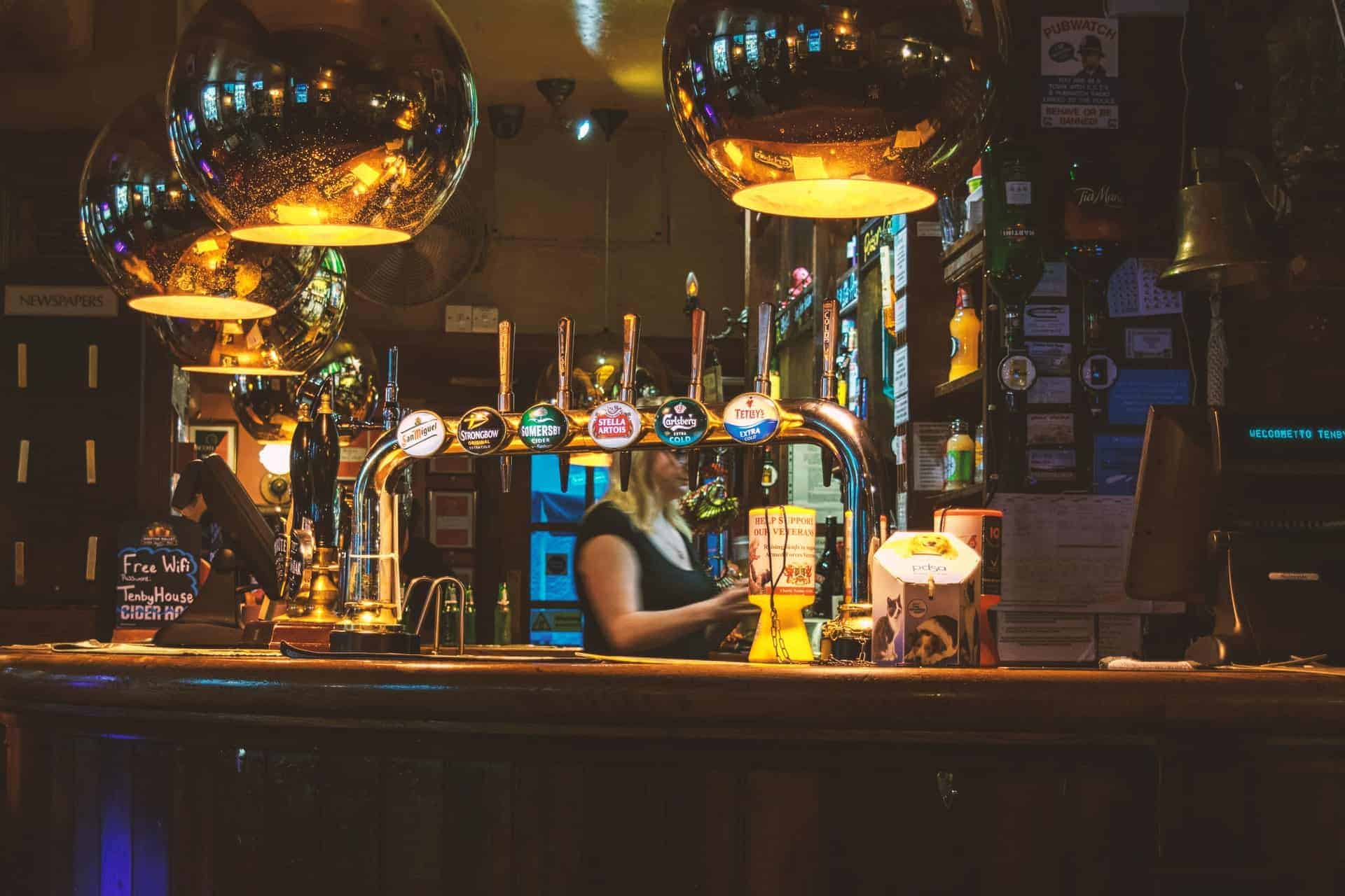 Un condado de Inglaterra le pagará a una persona más de 25.000 libras para que explore sus pubs históricos