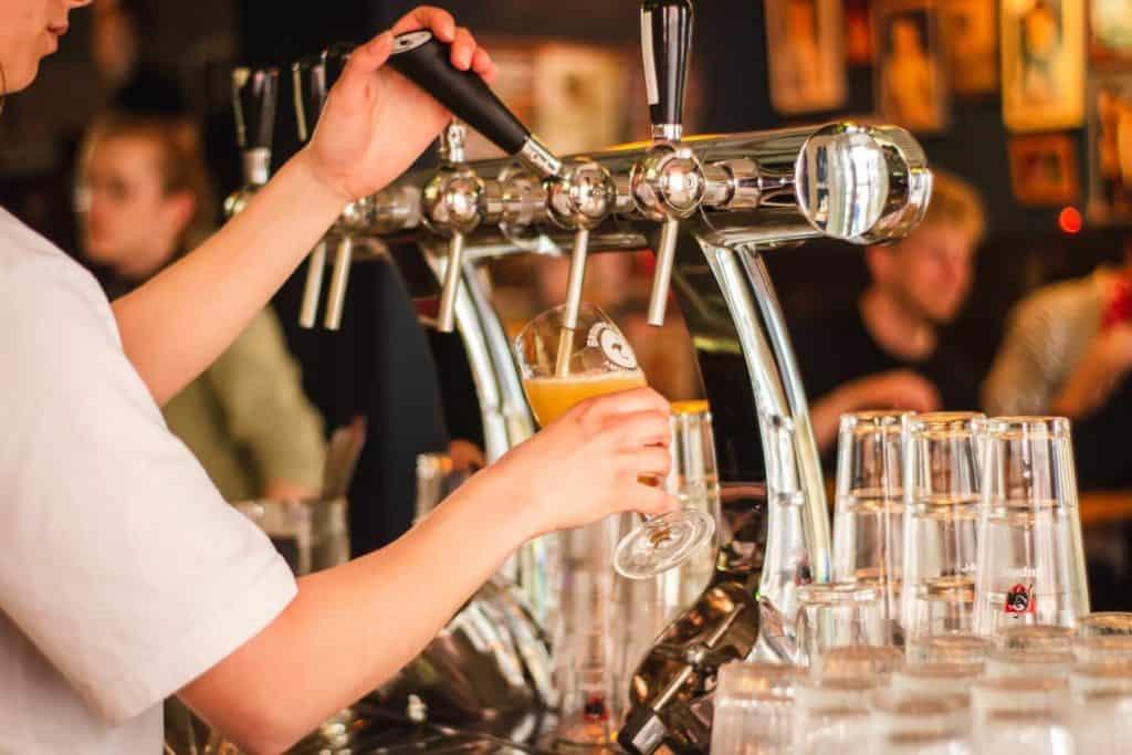 imagen cervecerías en Villa General Belgrano louis hansel WCm4dFvZnMM unsplash 1