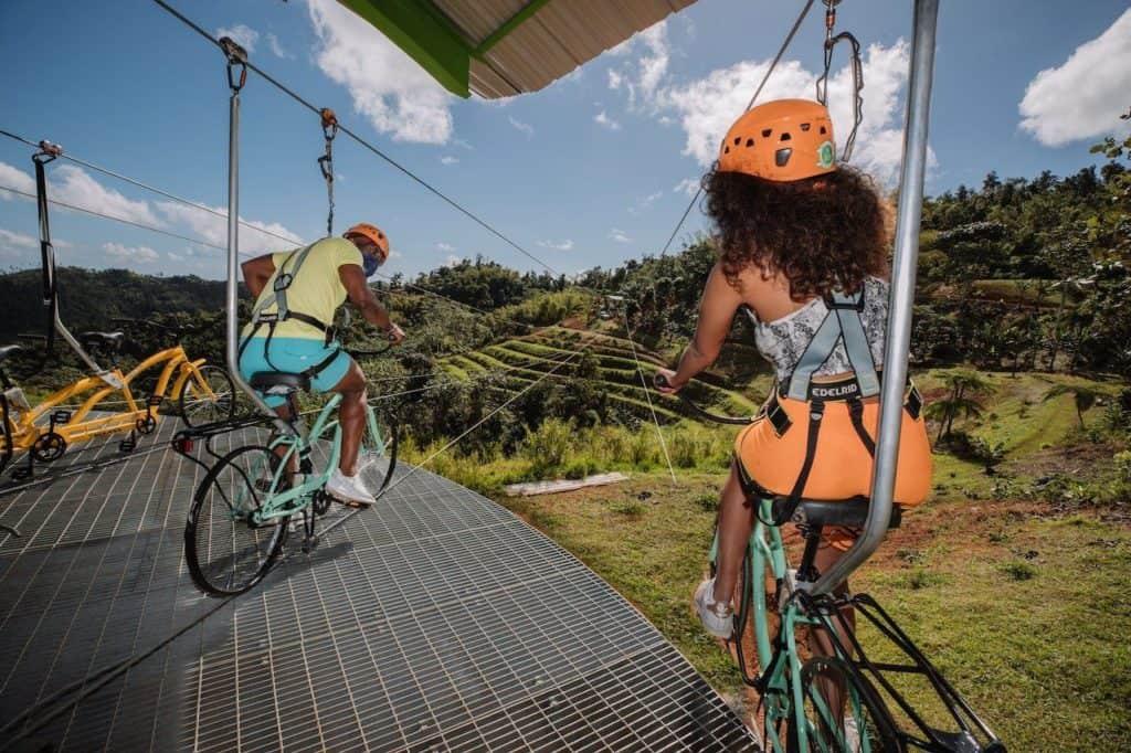 Qué es la tirolina en bicicleta: la extrema atracción en Puerto Rico ideal para aventureros que acaba de romper un récord mundial