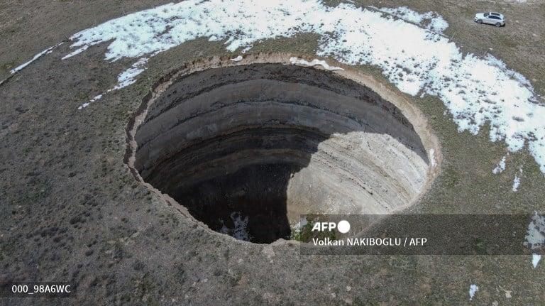 La aparición de insólitos agujeros de gran profundidad está provocando destrozos en tierras agrícolas de Turquía