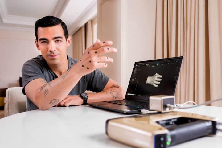 imagen reserva de viajes durante el COVID-19 Joe Jonas