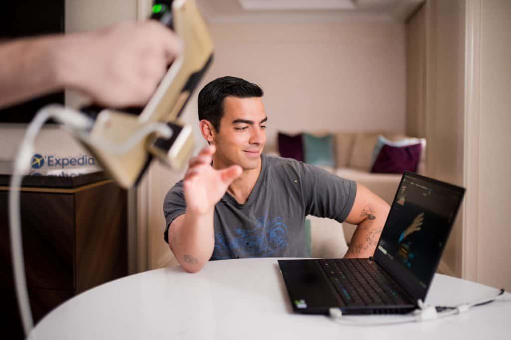 """""""Helping Hand"""": Una insólita campaña imprime en 3D la mano de Joe Jonas para ayudar a los viajeros ansiosos en la reserva de viajes durante el COVID-19"""