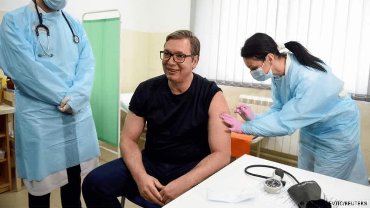 serbia-presidente-regala-30-dólares-vacunación
