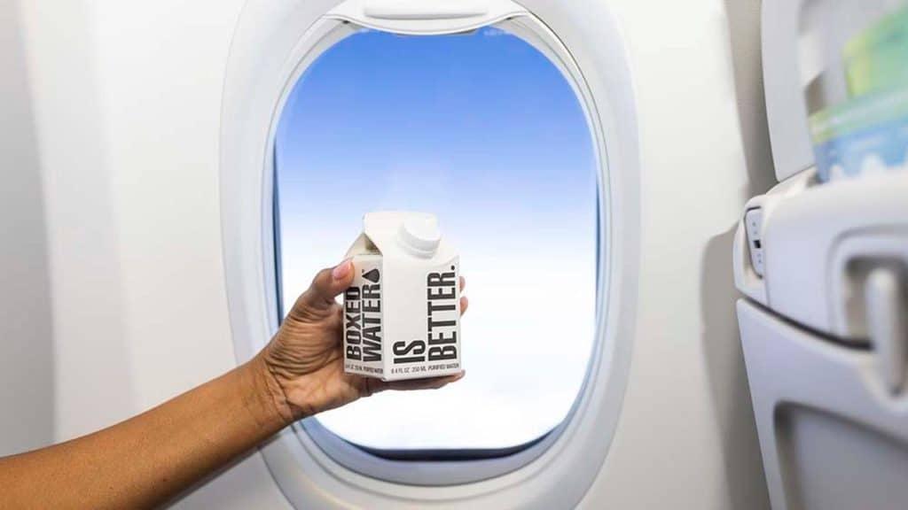 Alaska Airlines Reemplaza El Plástico De Un Solo Uso De Las Botellas Con Agua En Caja De Cartón Hecho A Base De Plantas