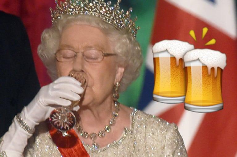 reina Isabel tiene una cerveza