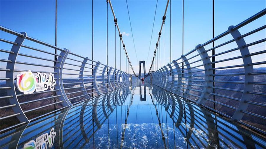 China: Un Turista Quedó Atascado En Un Puente De Vidrio A 100 Metros De Altura Luego De Que Un Vendaval Volara Sus Paneles
